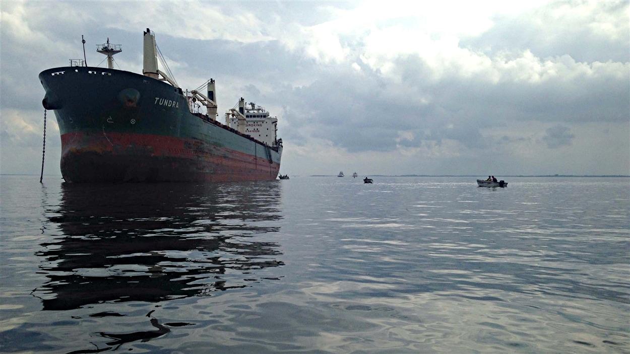 Le vraquier Tundra s'est échoué près de Cornwall. (20-06-15)