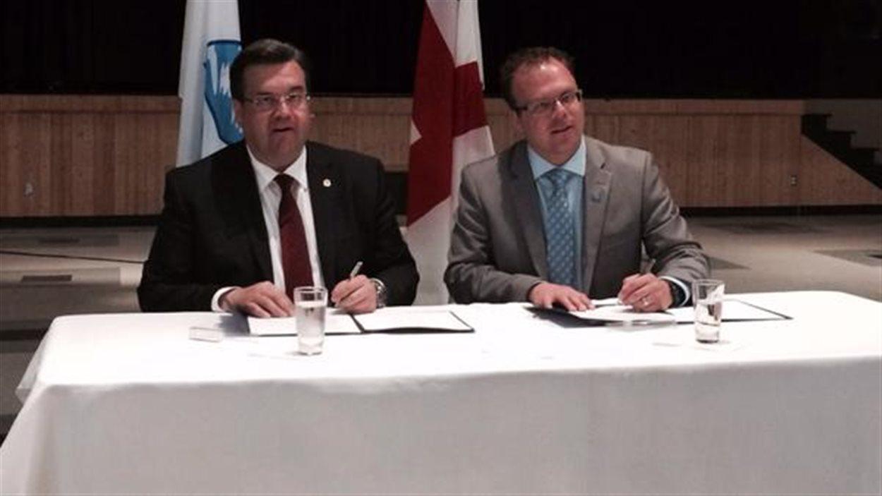 Le maire de Montréal, Denis Coderre signe une entente de partenariat avec le maire des îles-de-la-Madeleine, Jonathan Lapierre
