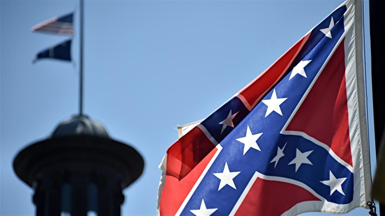Le drapeau confédéré flotte devant le siège du gouvernement de la Caroline du Sud.