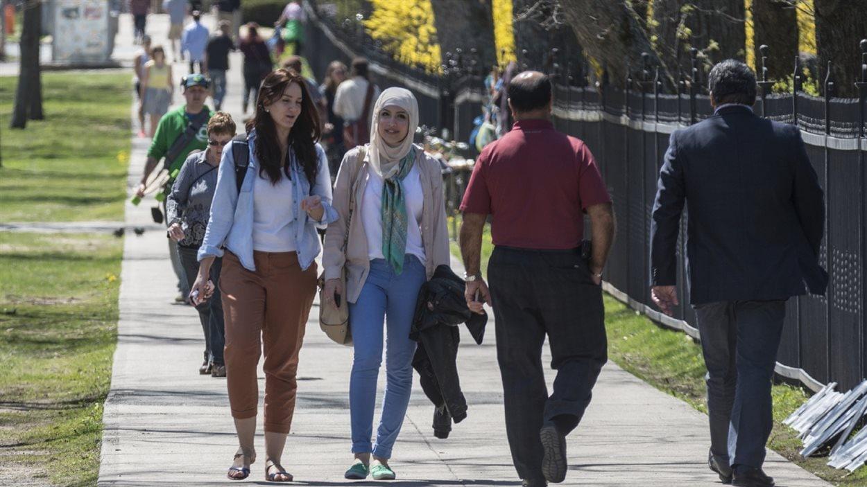 Des gens qui marchent dans la rue