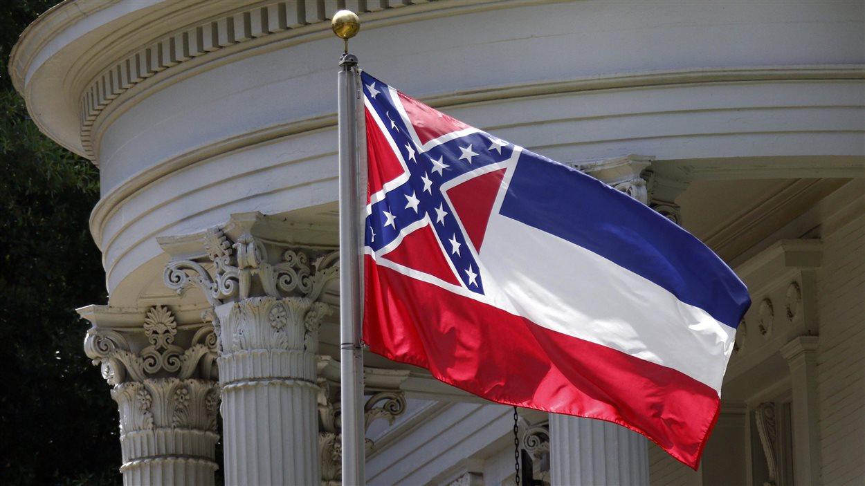 Le drapeau de l'État du Mississippi contient le drapeau confédéré de la Guerre de sécession.