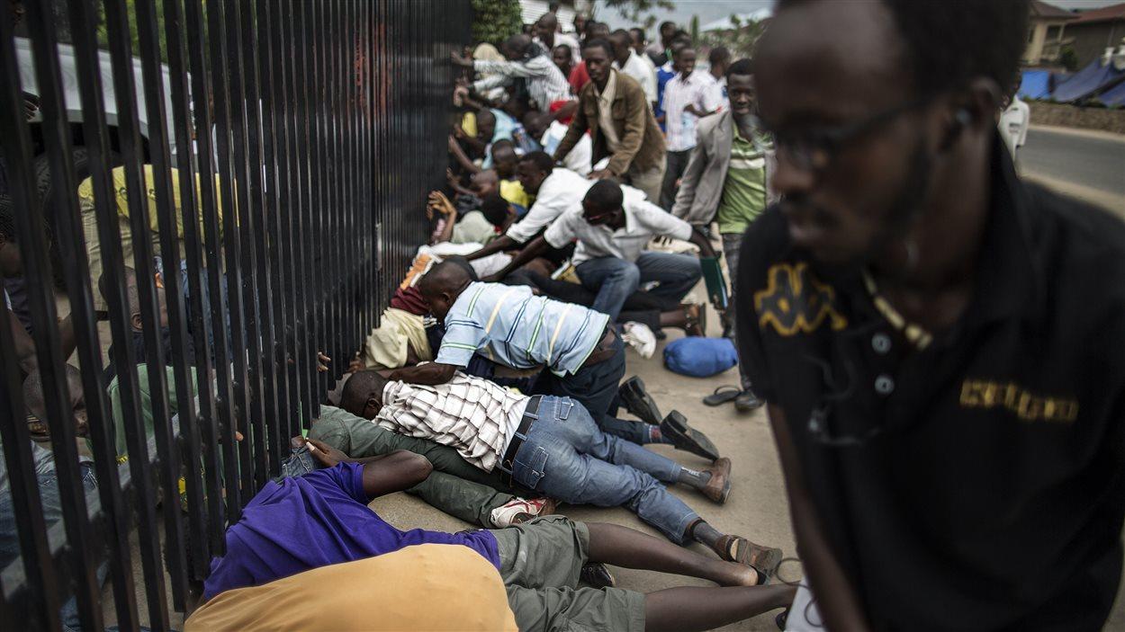 Des étudiants se sont glissés sous la clôture de l'enceinte de l'ambassade américaine à Bujumbura pour y trouver refuge.