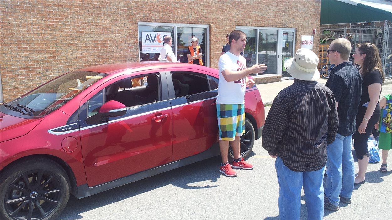 Un propriétaire de voiture électrique répond aux questions des participants à l'atelier de sensibilisation de l'Association des véhicules électriques du Québec