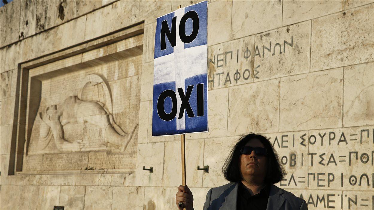 Un manifestant devant le Parlement grec