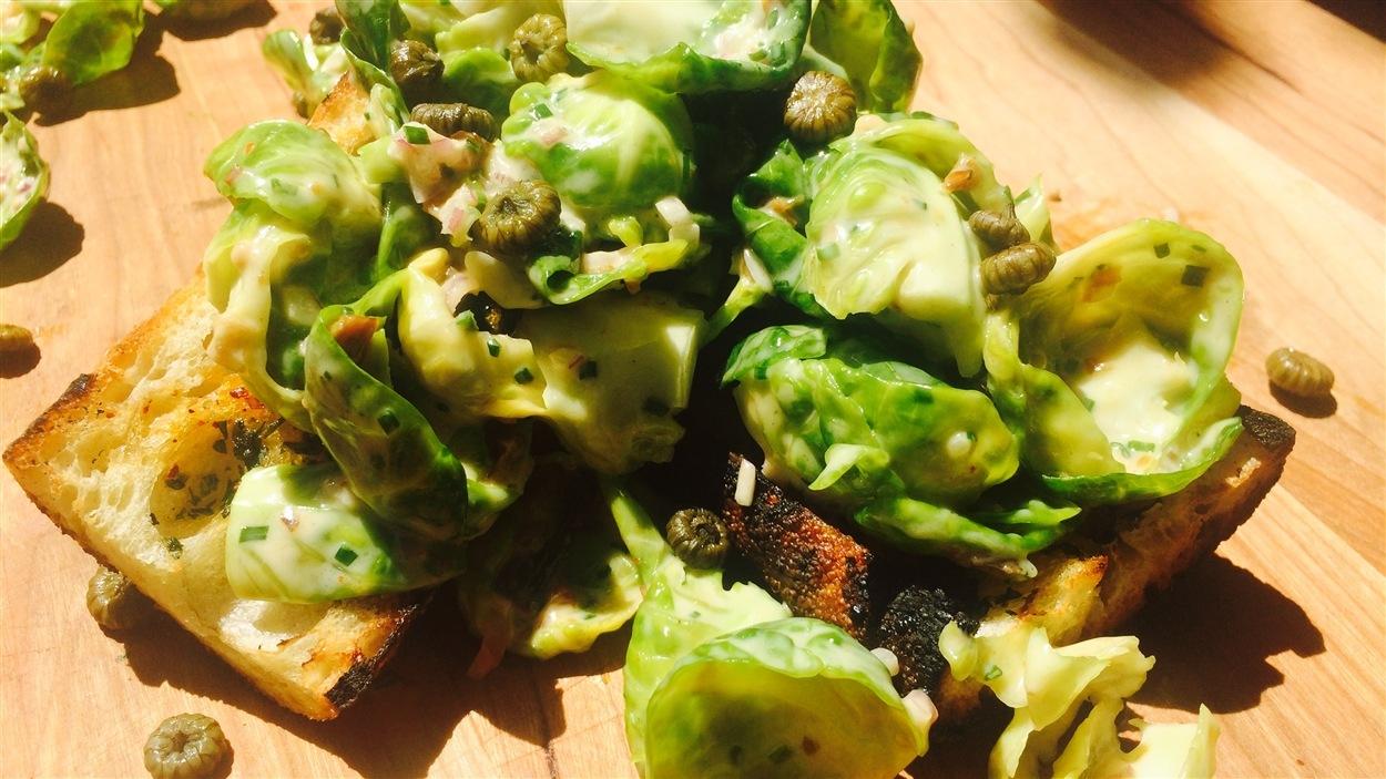 Salade César de choux de Bruxelles et de hareng fumé, croûtons à la fleur d'ail