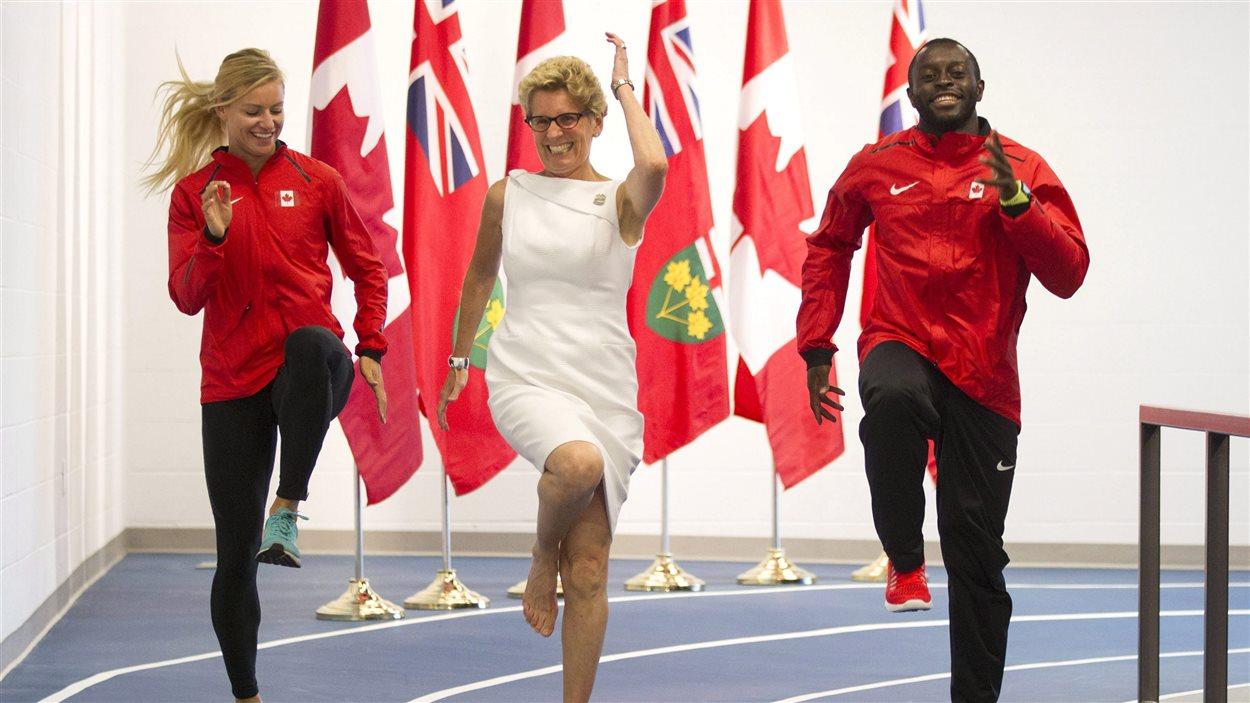 La première ministre Kathleen Wynne, en compagnie de coureurs qui participeront aux Jeux panam.