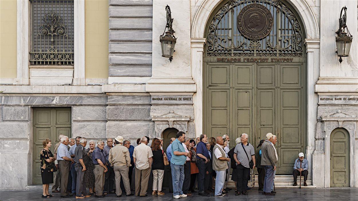 Des retraités font la file devant une banque jeudi, dans l'espoir de pouvoir retirer un maximum d'une soixantaine d'euros en liquidités.