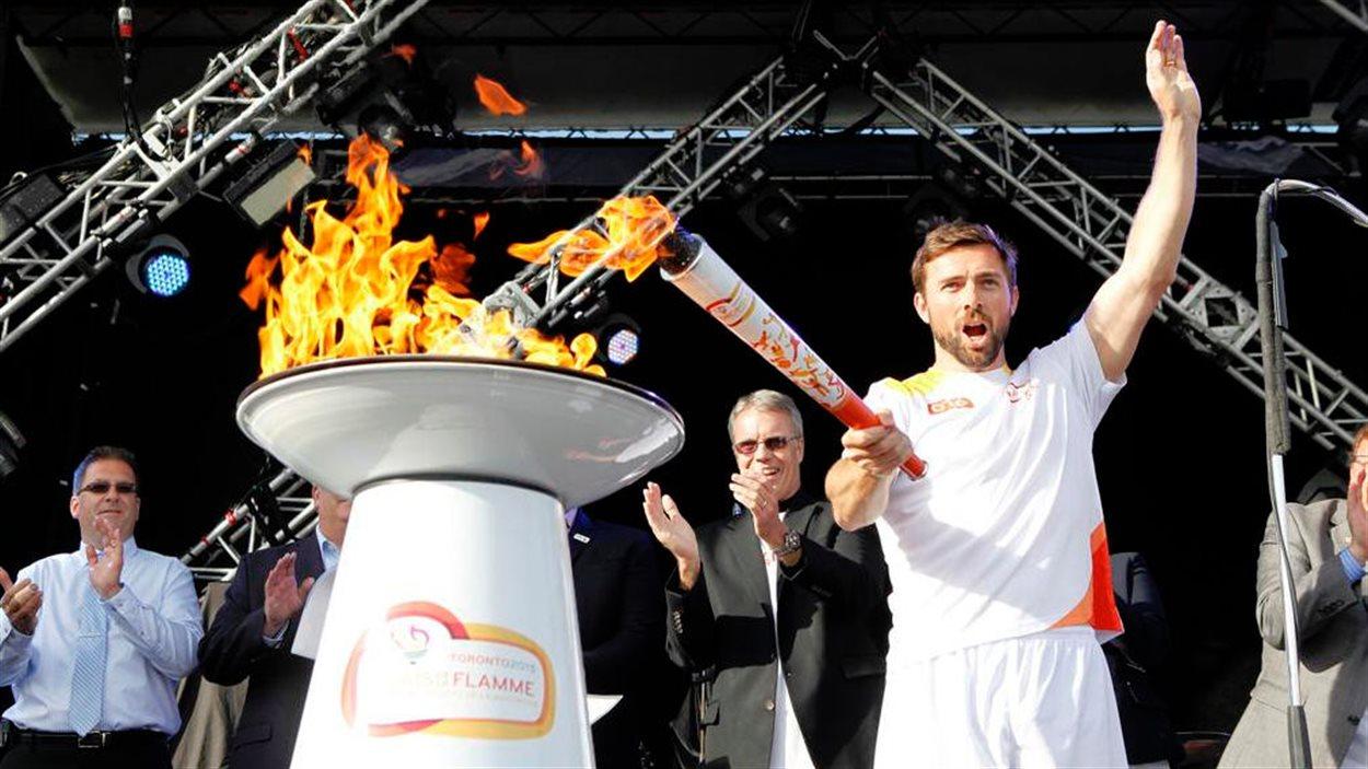 Le céiste Mark Oldershaw et la flamme des Jeux panaméricains de Toronto