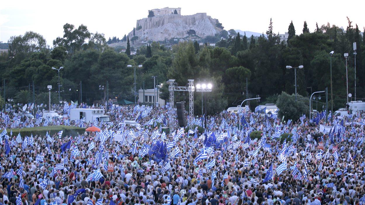 Des partisans du oui rassemblés à Athènes, vendredi 3 juillet