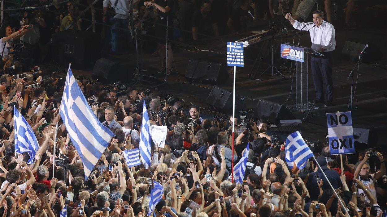 Le premier ministre grec Alexis Tsipras s'adresse à la foule lors d'un rassemblement pour le non, à Athènes, vendredi 3 juillet.