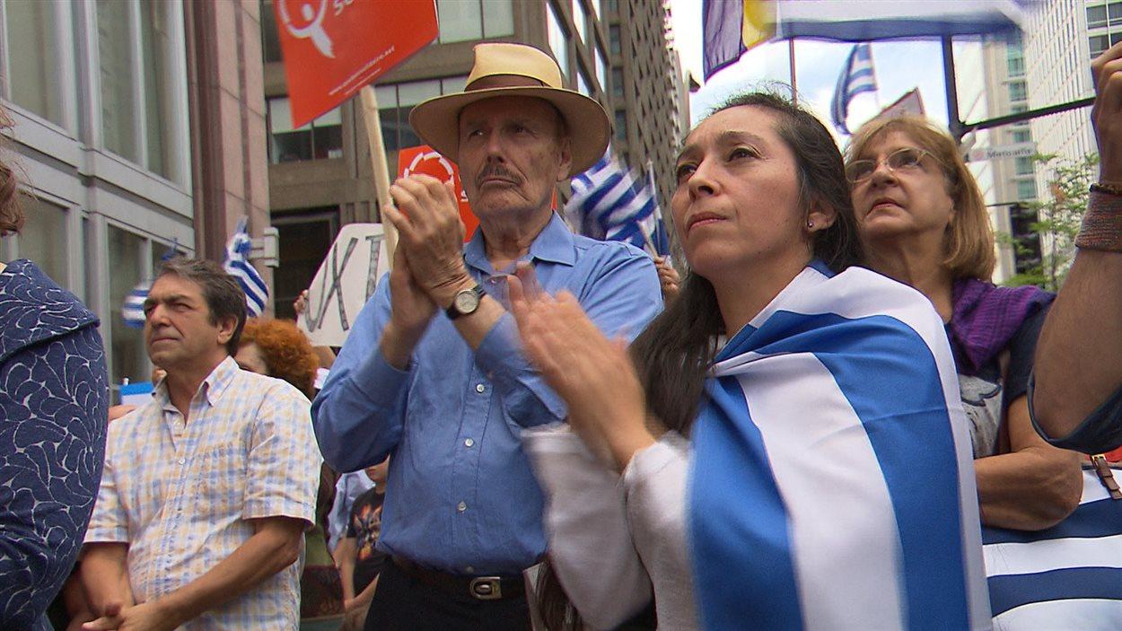 Des Montréalais d'origine grecque se sont rassemblés pour appuyer le camp du non à la veille du référendum en Grèce.
