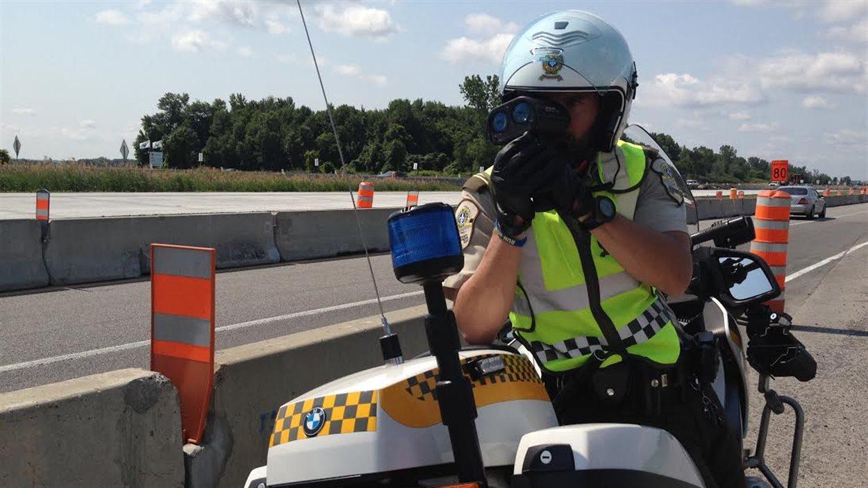 Un policier de la SQ surveille la vitesse des automobilistes près d'un chantier à L'Assomption.