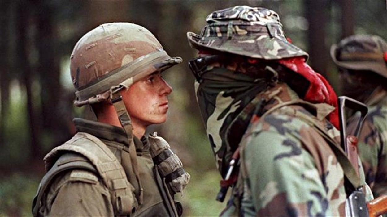 Une des images les plus marquantes de la crise d'Oka, prise le 1er septembre 1990. Le soldat Patrick Cloutier était resté stoïque devant les invectives du Warrior Brad Larocque, surnommé « Freddy Krueger ».