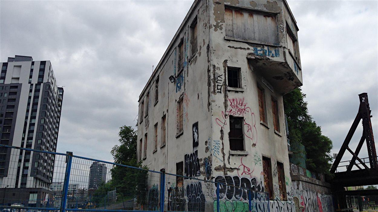 La tour d'aiguillage Wellington est située dans le quartier Griffintown, qui est en pleine transformation.