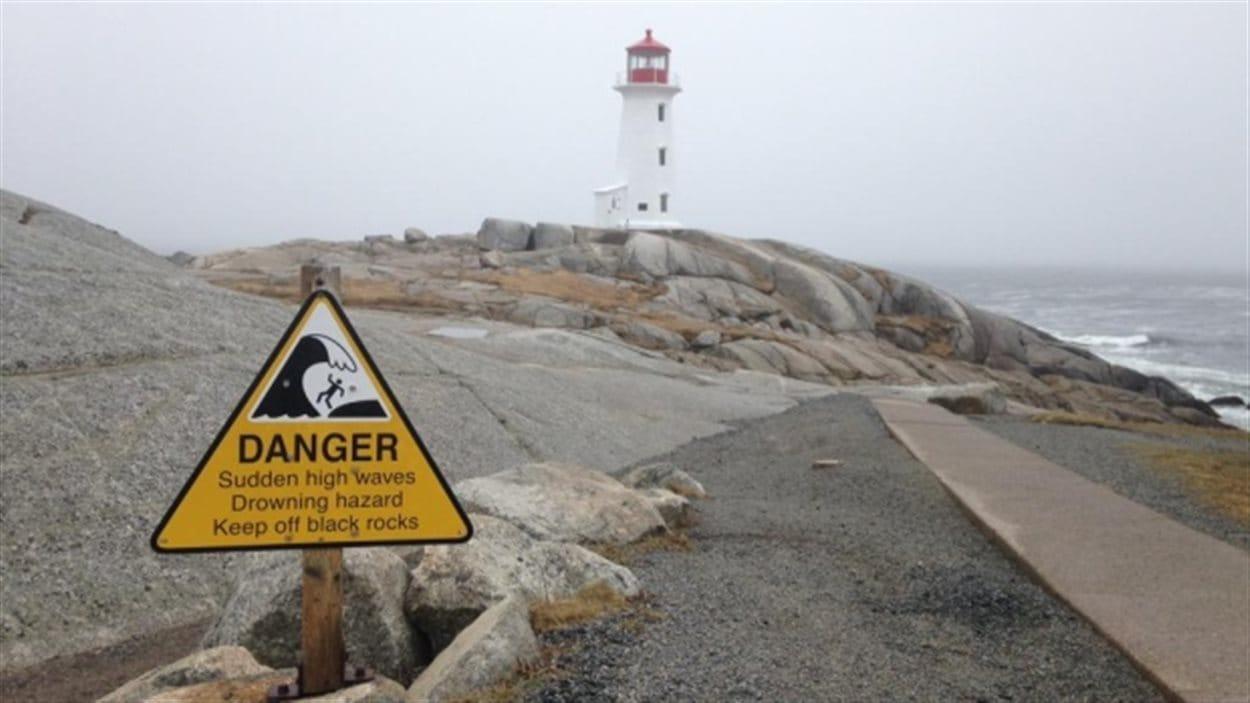 Un signe qui rappelle les dangers aux visiteurs de Peggy's Cove.