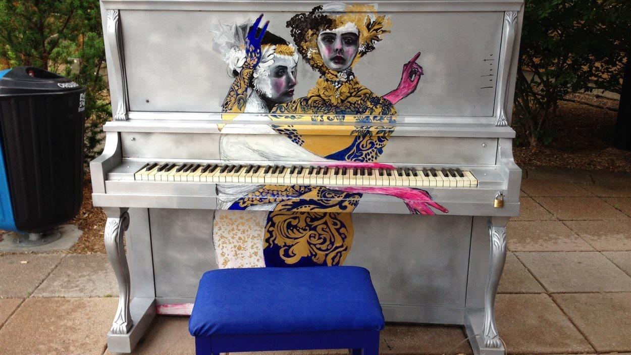 Un piano public devant la bibliothèque de Brossard