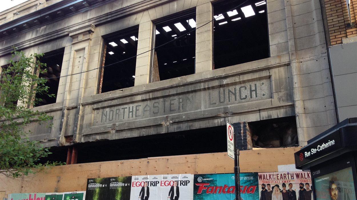 L'enseigne Northeastern Lunch est visible sur la façade du 1001, Sainte-Catherine Est, au coin de Saint-Timothée