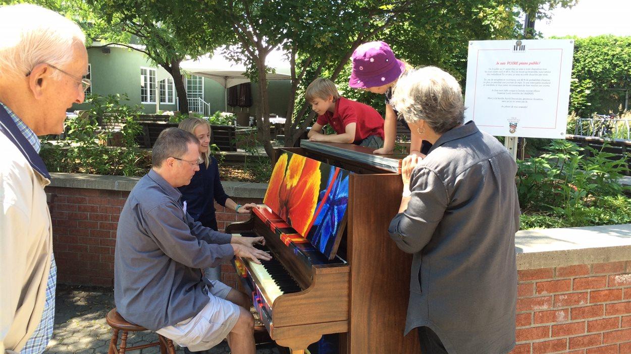 Piano public de la place du Village, à Saint-Bruno-de-Montarville
