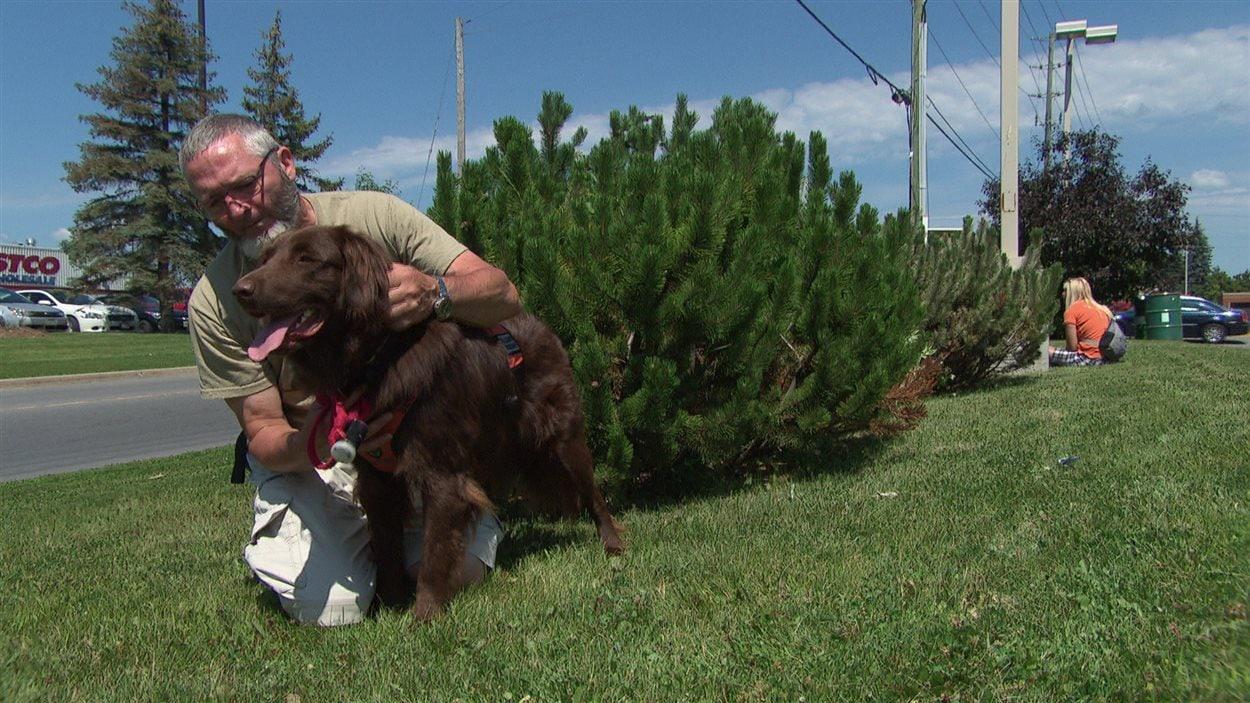 Daniel Pelletier, ancien combattant, avec son chien du programme Courageux Compagnons