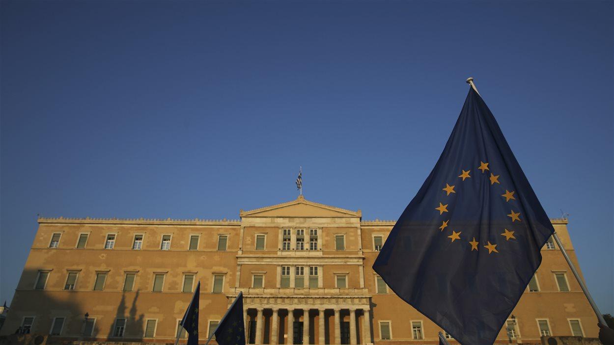 Le drapeau de l'Union européene devant le Parlement grec.