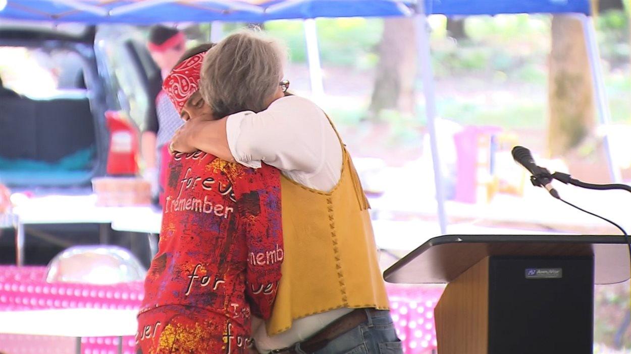 Le grand chef de Kanesatake, Serge Simon, a donné l'accolade à Francine Lemay, après lui avoir donné ses condoléances pour la perte de son frère.