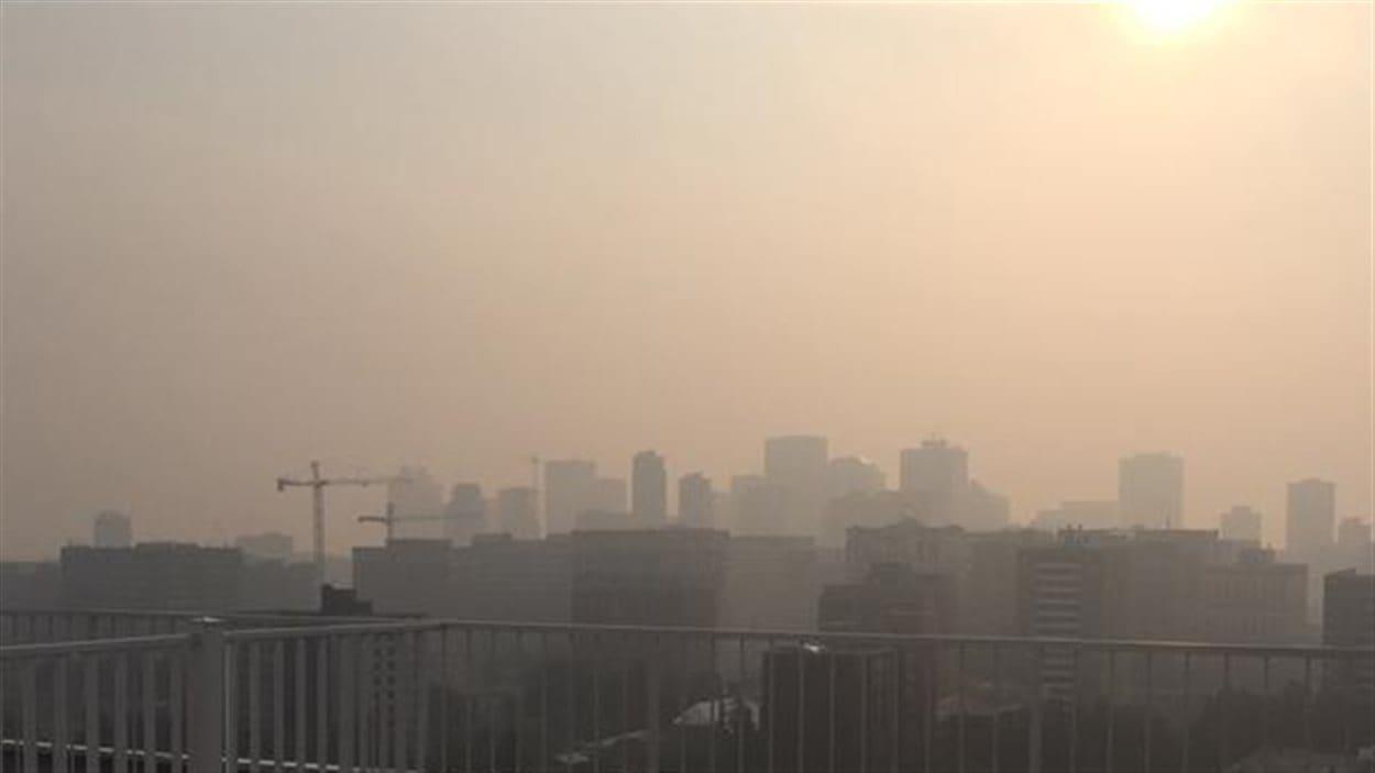 La qualité de l'air est très mauvaise dans plusieurs régions de l'Alberta à cause de la fumée qui émane des feux de forêt.