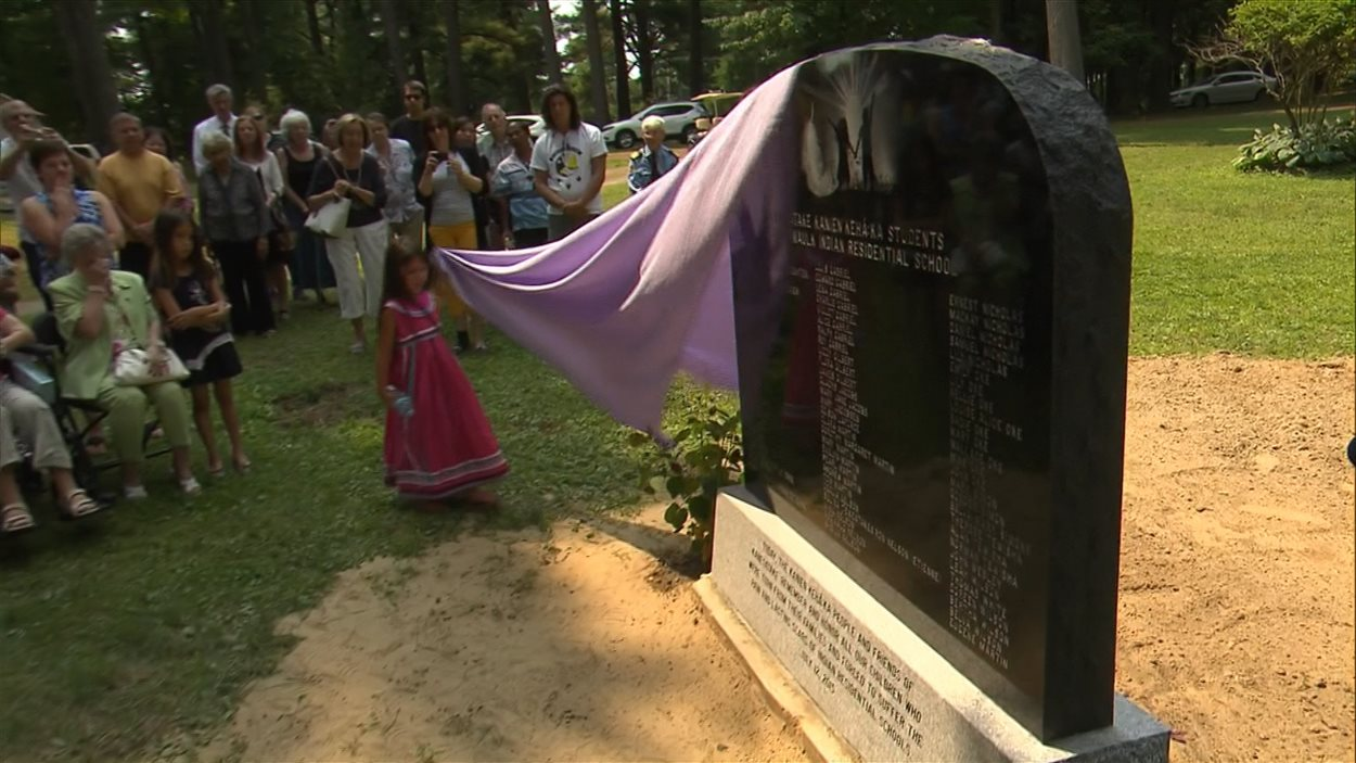 La stèle commémorative en l'honneur des enfants des pensionnats autochtones a été dévoilée dimanche après-midi dans le cimetière de la pinède à Oka.