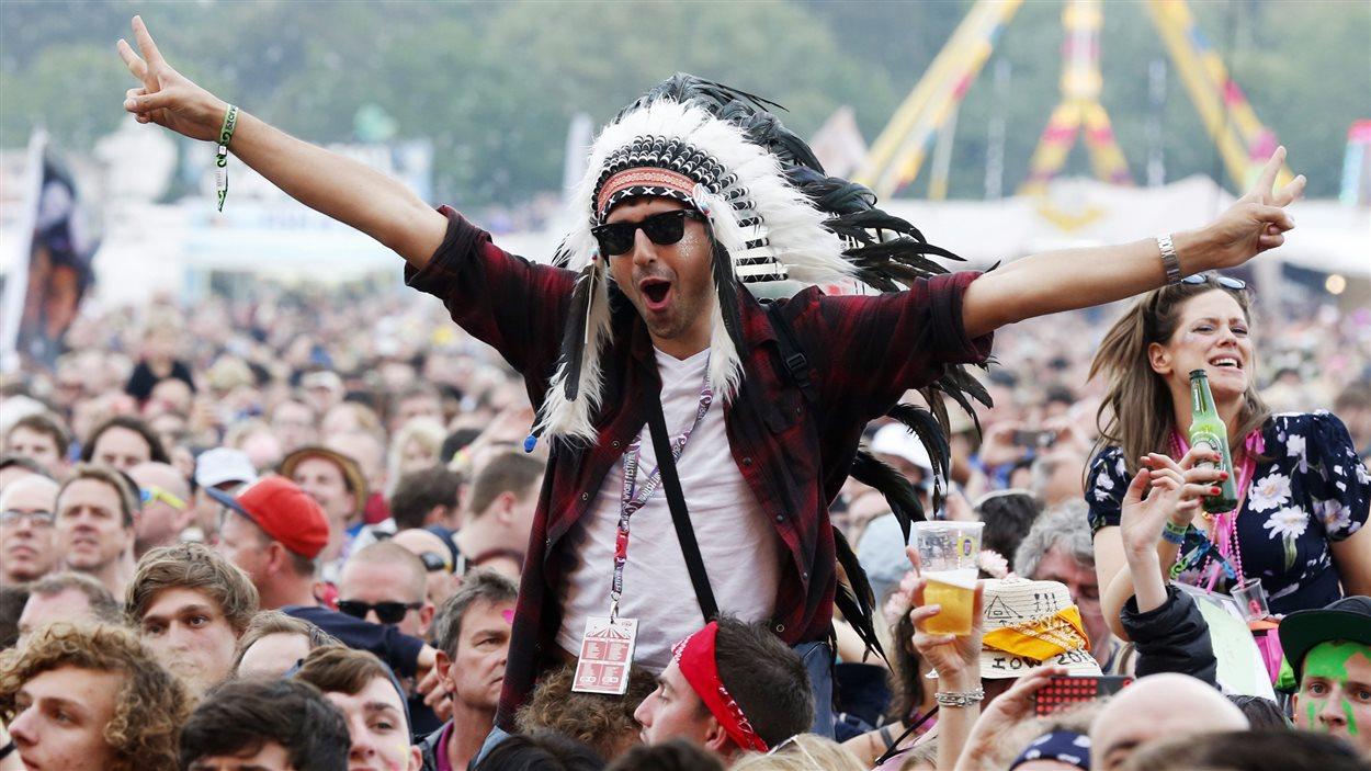 Un spectateur porte une coiffe autochtone lors d'un festival de musique sur l'Île de Wight, en Angleterre, en juin 2015