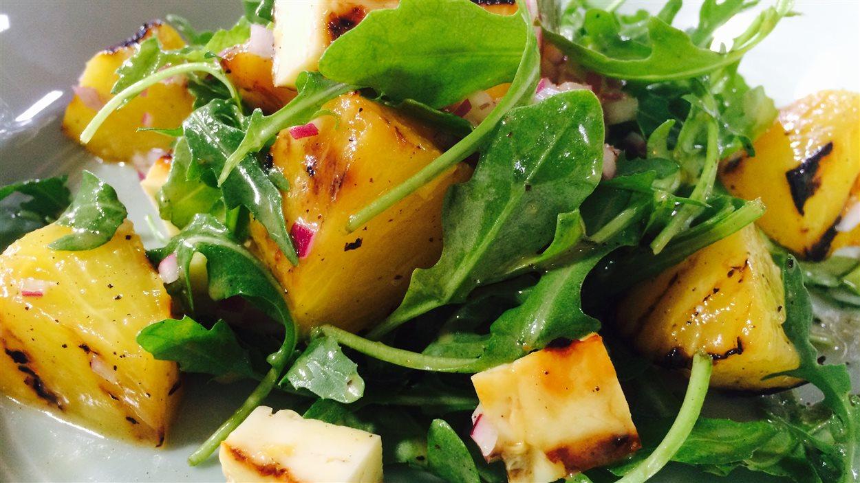 Salade d'ananas et de fromage halloumi grillés, roquette et vinaigrette magique
