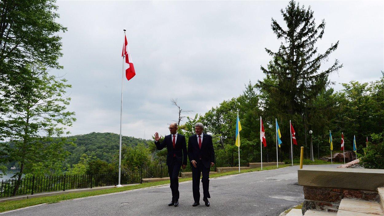 Stephen Harper et Arseni Iatseniouk, dans le parc de la Gatineau