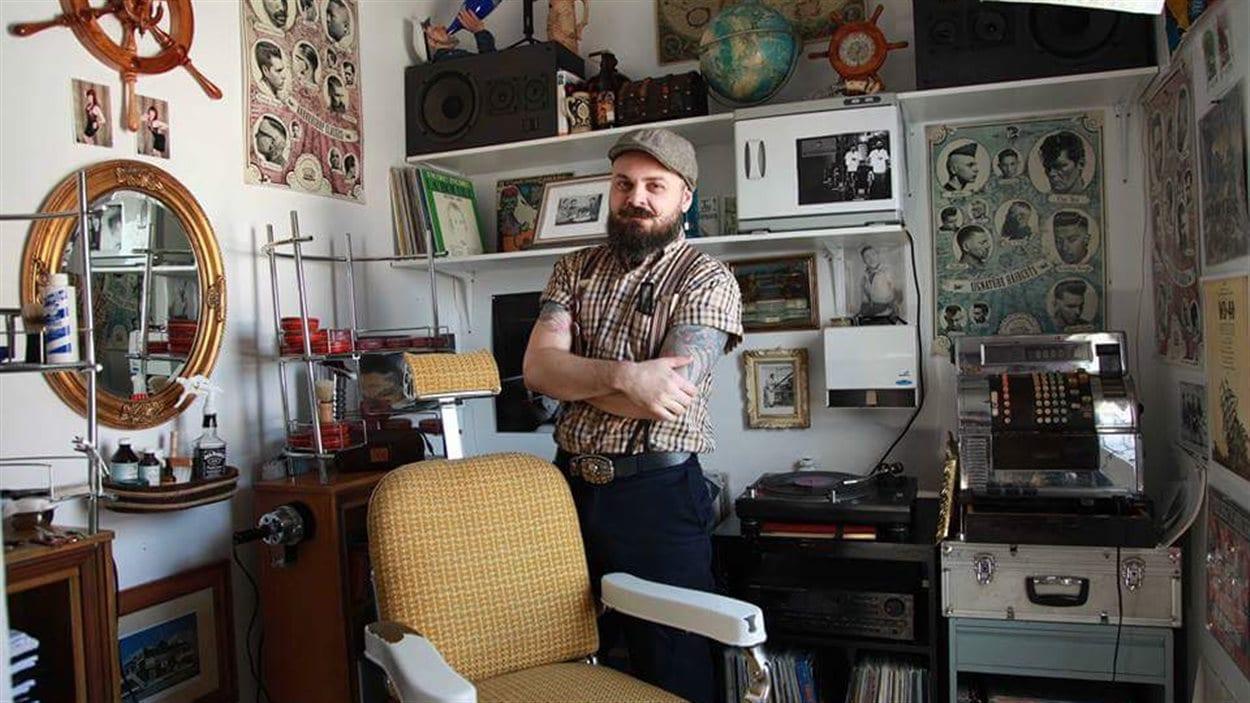 Francis Jacob, dans son salon de barbier à l'ancienne, à Rouyn-Noranda