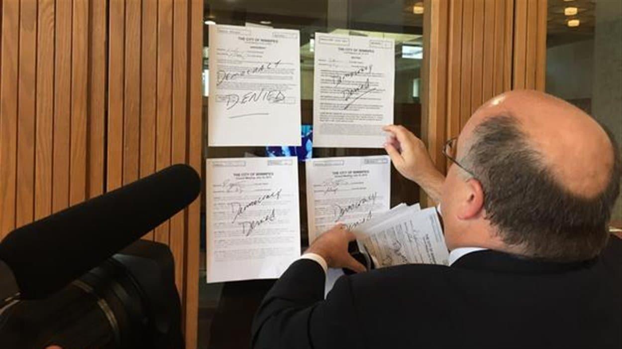 Le conseiller Russ Wyatt a collé toutes les motions rejetées sur la porte du maire Brian Bowman.