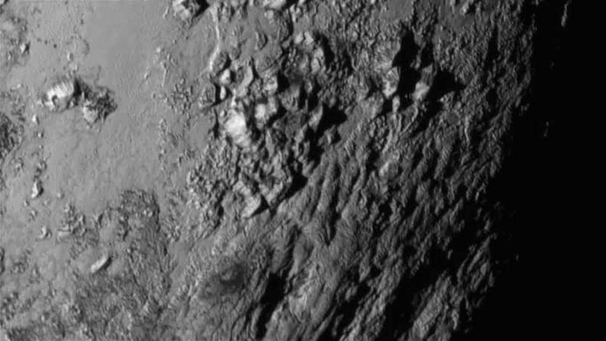 La surface de Pluton, captée de près par la sonde New Horizons, révèle une jeune chaîne de montagnes