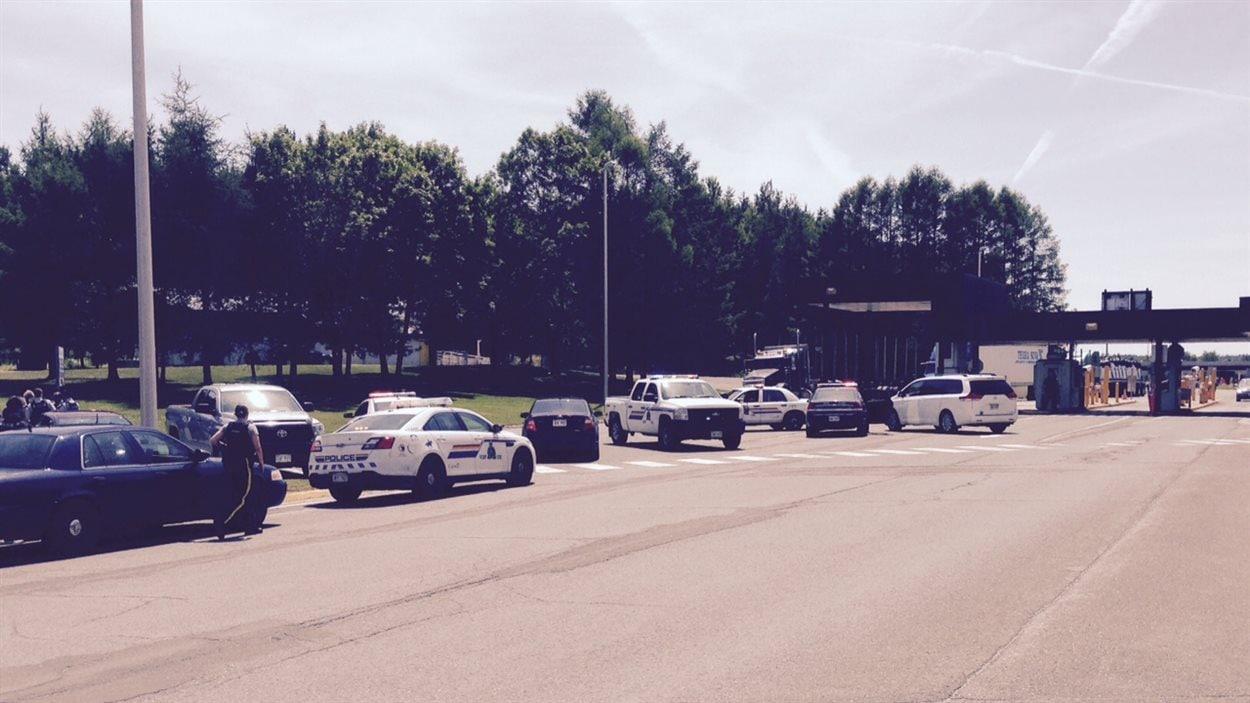 Plusieurs policiers de la GRC se sont rendus vendredi au poste frontalier de Woodstock, au Nouveau-Brunswick.