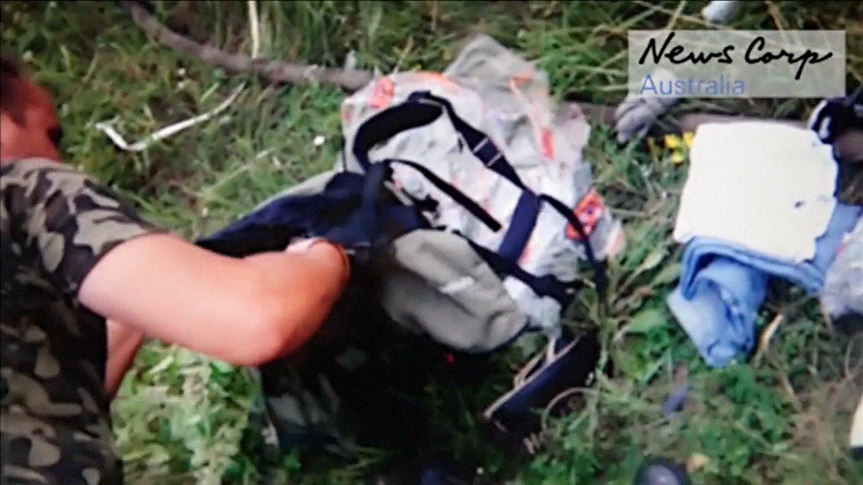 Scène de pillage après l'écrasement de la Malaysia Airlines