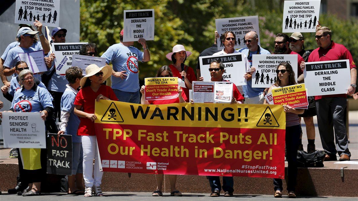 Du personnel infirmier manifeste contre la procédure de négociation accélérée du Partenariat transpacifique devant les bureaux de la sénatrice Dianne Feinstein, à San Diego (22 juin 2015).