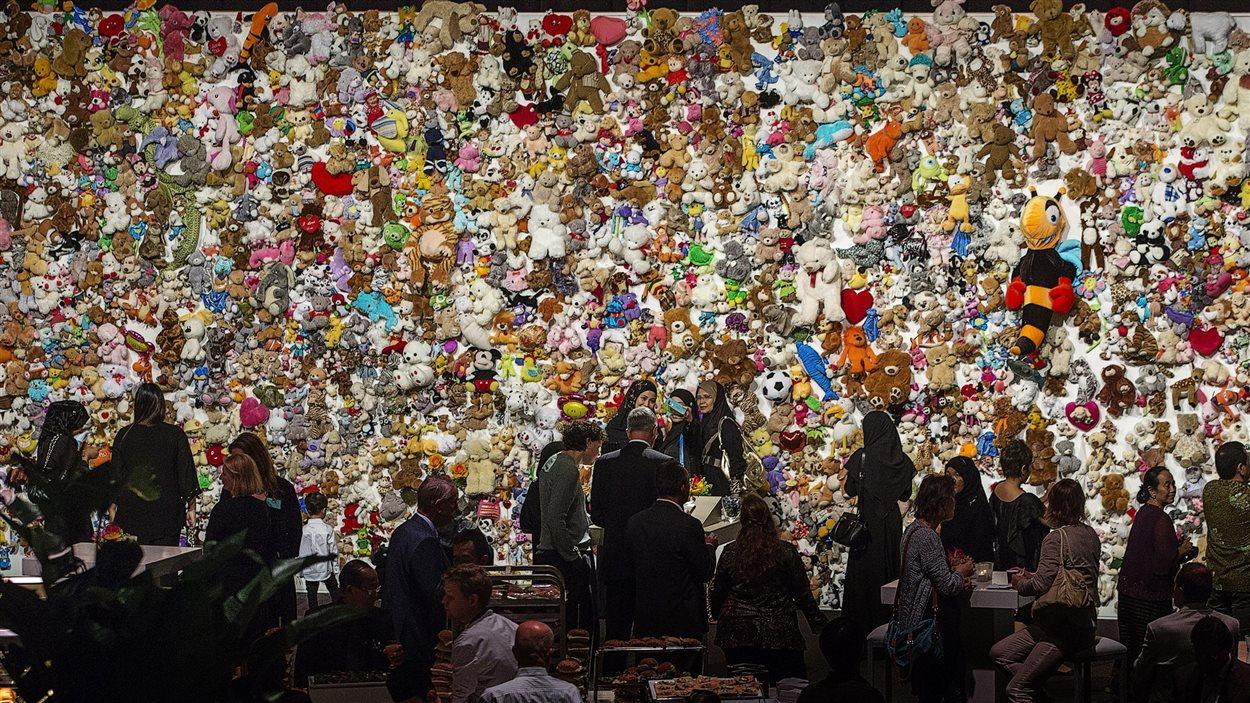Des proches des victimes se rassemblent devant un « mur de compassion » composé de poupées  près de la ville d'Utrecht aux Pays-Bas.