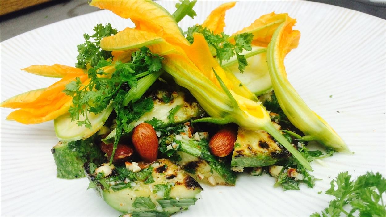 Salade de courgettes, de fleurs de courgettes, d'amandes et de cerfeuil
