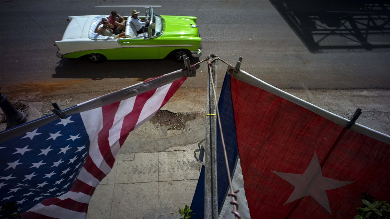 Les drapeaux américains et cubains flottent côte-à-côte devant l'ambassade des États-Unis à La Havane.