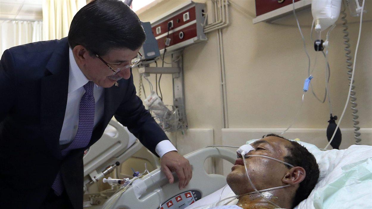 En visite dans un hôpital de Suruç, le premier ministre Ahmet Davutoglu assure que le gouvernement turc ne fait preuve d'aucune tolérance à l'égard des d'État islamique.
