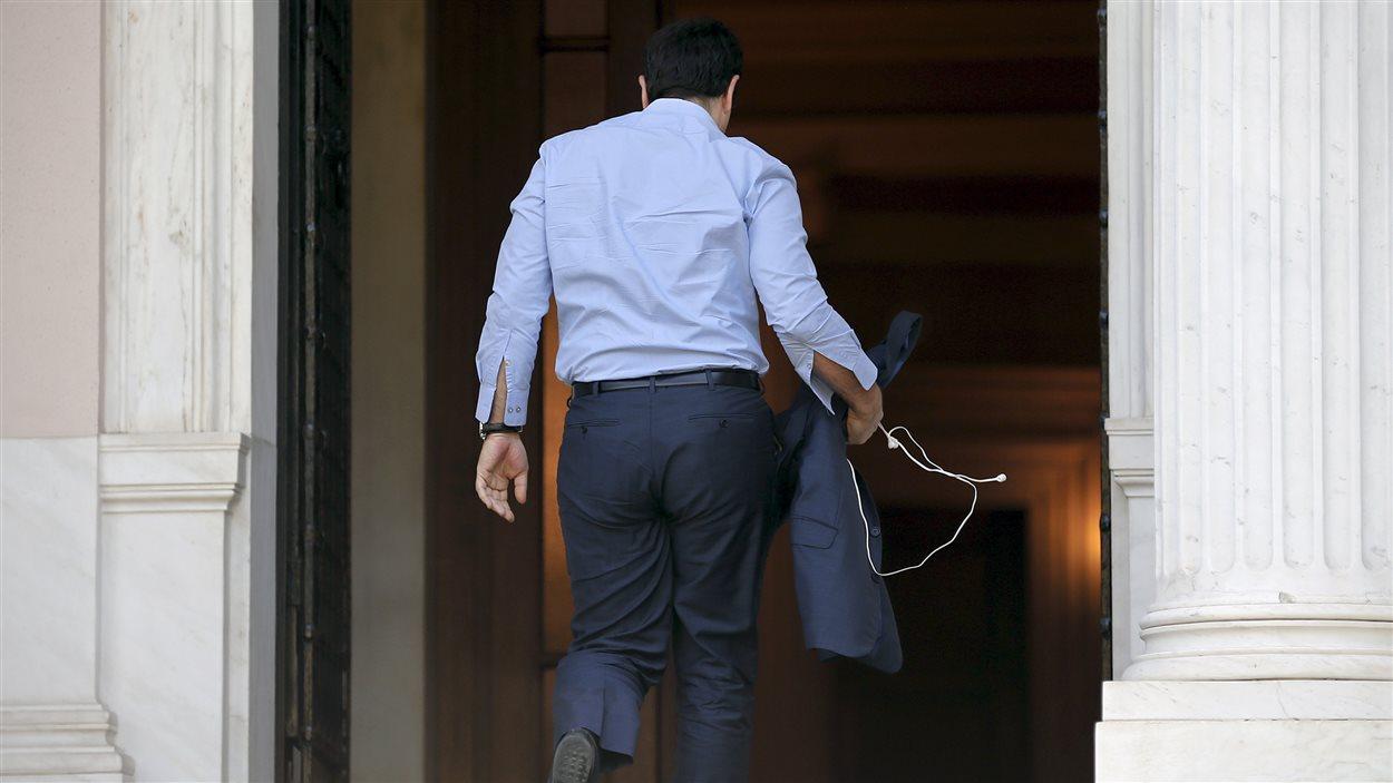Le premier ministre Alexis Tsipras, à son arrivée à son bureau d'Athènes, en ce jour de vote.