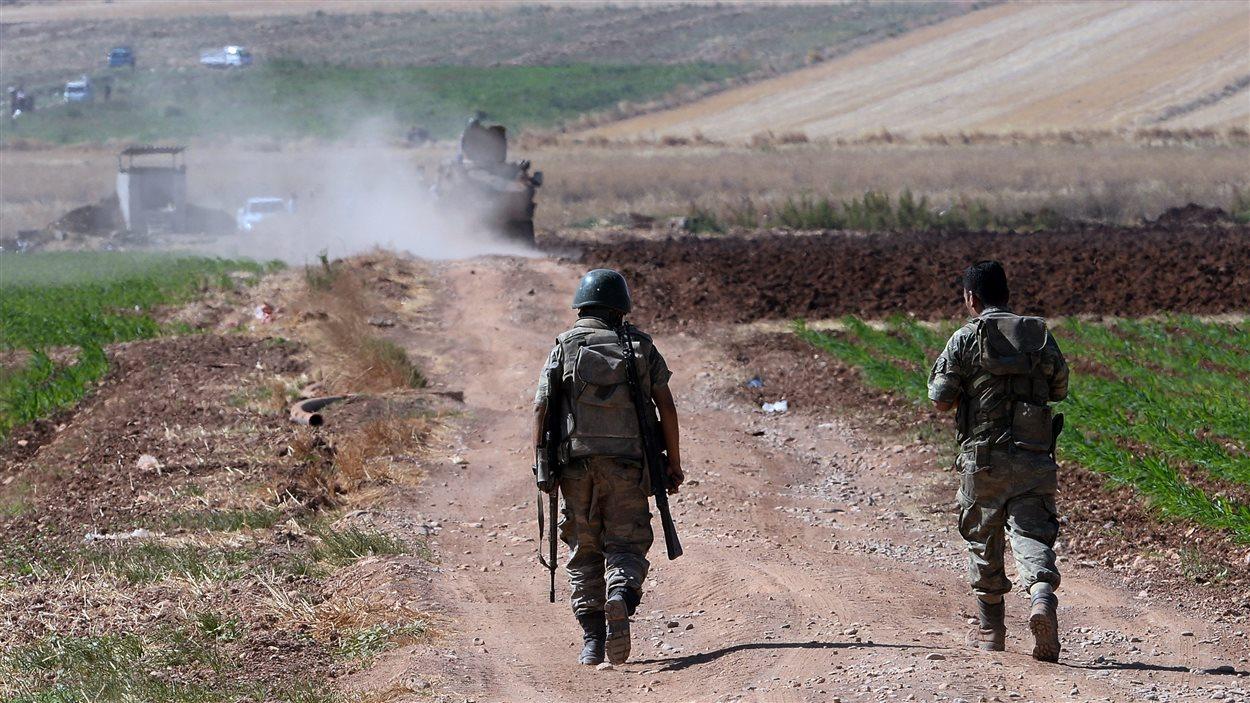 Des soldats turcs patrouillent près de Kilis, près de la frontière syrienne, le 24 juillet 2015.