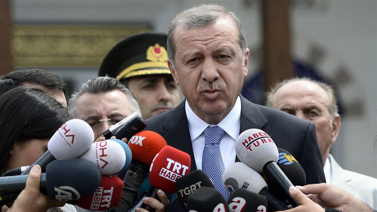 Le premier ministre Erdogan s'exprime devant une mosquée d'Istanbul, en Turquie, le 24 juillet 2015