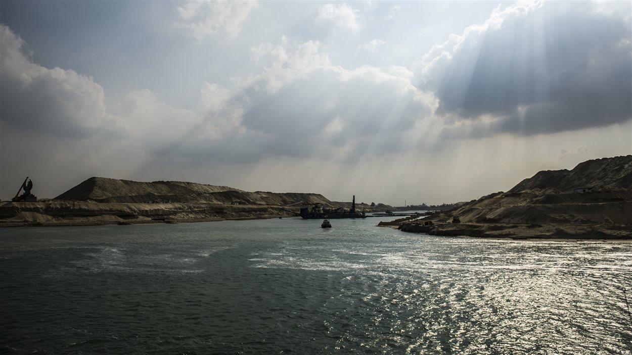 Une portion de la nouvelle voie navigable du canal de Suez dans la ville portuaire d'Ismailia, à l'est de Caire, la capitale de l'Égypte.