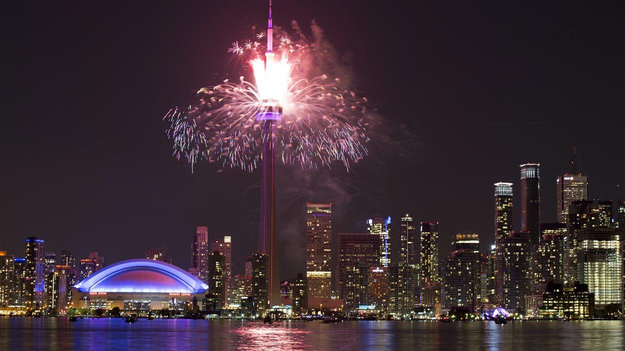Feu d'artifice autour de la tour CN à Toronto pour la cérémonie de clôture des Jeux panam, dimanche soir.