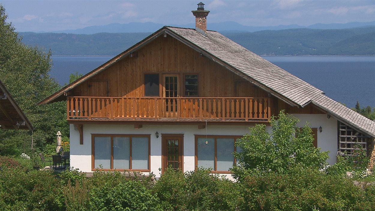 Une maison isolée en paille