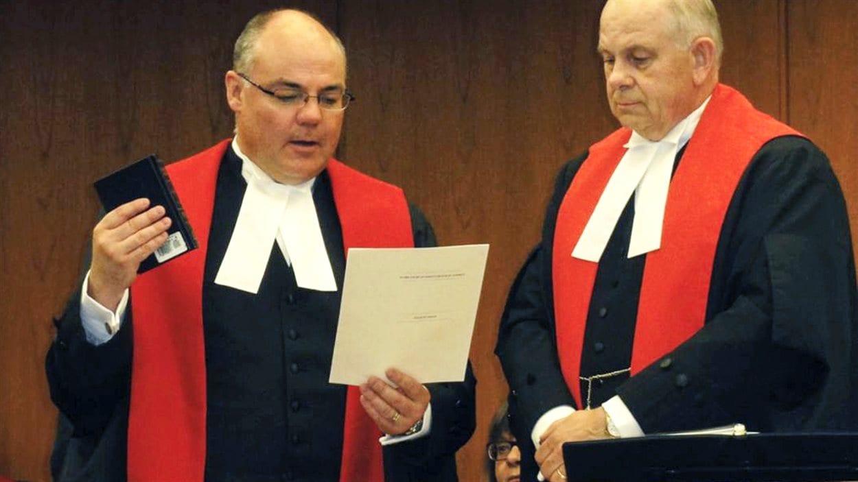 Le juge Russell Brown (à gauche) lors de son assermentation à la Cour du Banc de la Reine de l'Alberta, en 2013.