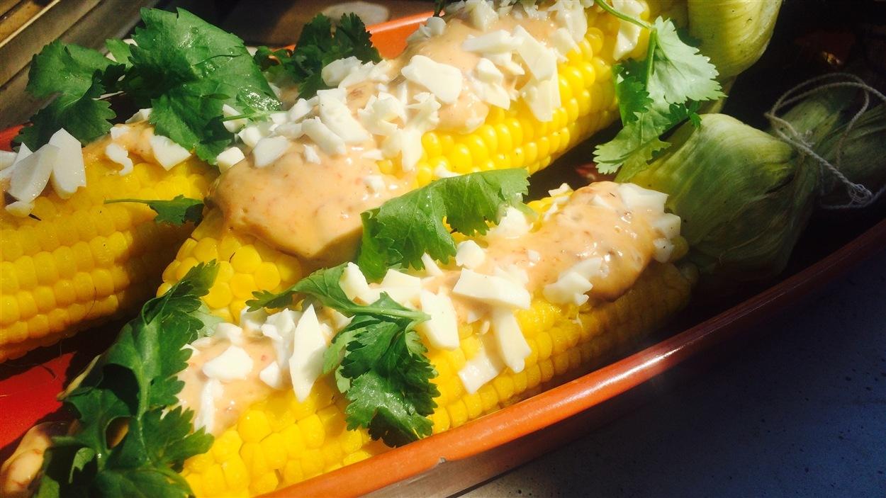 Maïs grillé, mayonnaise au chipotle, cheddar en grains, coriandre