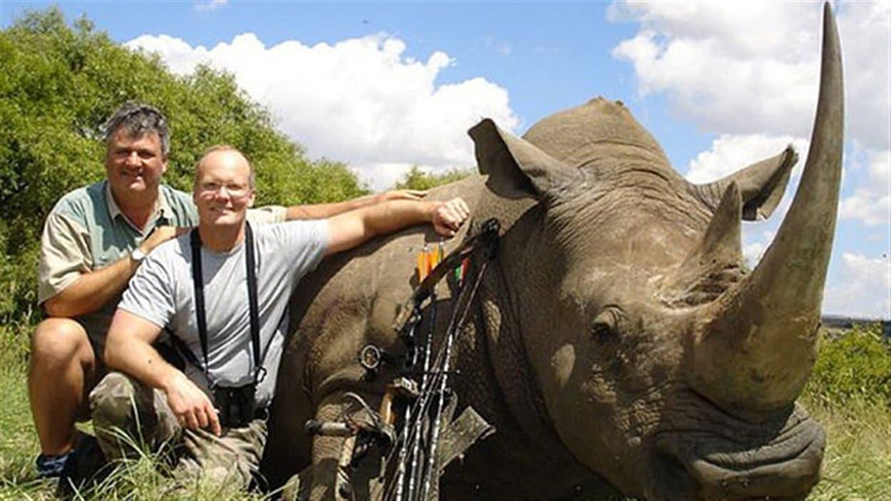 Walter James Palmer (au milieu) avec un rhinocéros blanc tué avec des flèches en Afrique du Sud. Il est accompagné de Pierre Vorster, un chasseur professionnel.