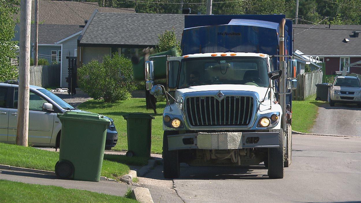 Un camion ramasse les déchets